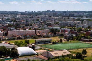 Installation de vestiaires temporaires sur le parc des sports du Bourget