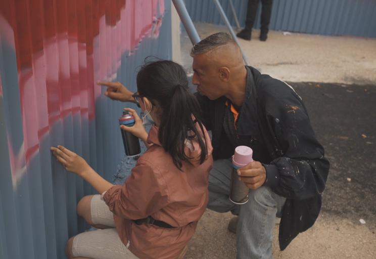[Vidéo] Quand l'art habille les palissades du Village des athlètes